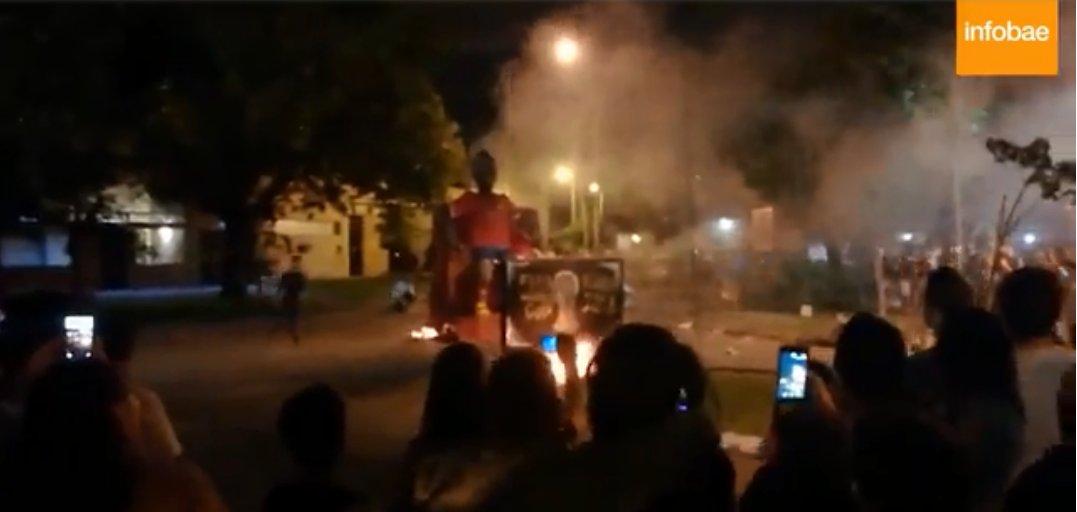 آتش زدن ماکت ویدال